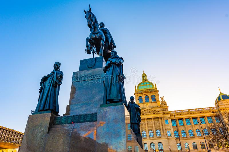 Estatua del St Wenceslao en el centro de Praga Caballero en el caballo cerca del cuadrado principal de Praga Edificio histórico d imagen de archivo