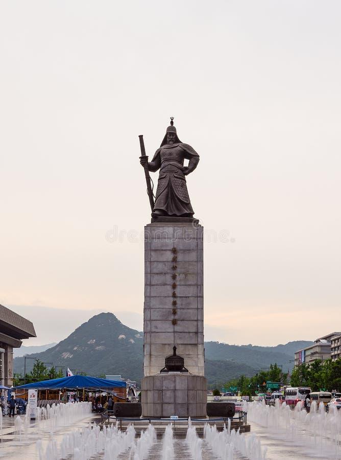 Estatua del Sun-pecado de almirante Yi en la plaza de Gwanghwamun en Seúl, Corea del Sur fotografía de archivo