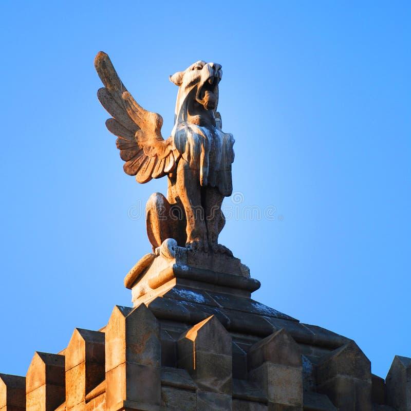 Estatua del tejado en Barcelona imagenes de archivo