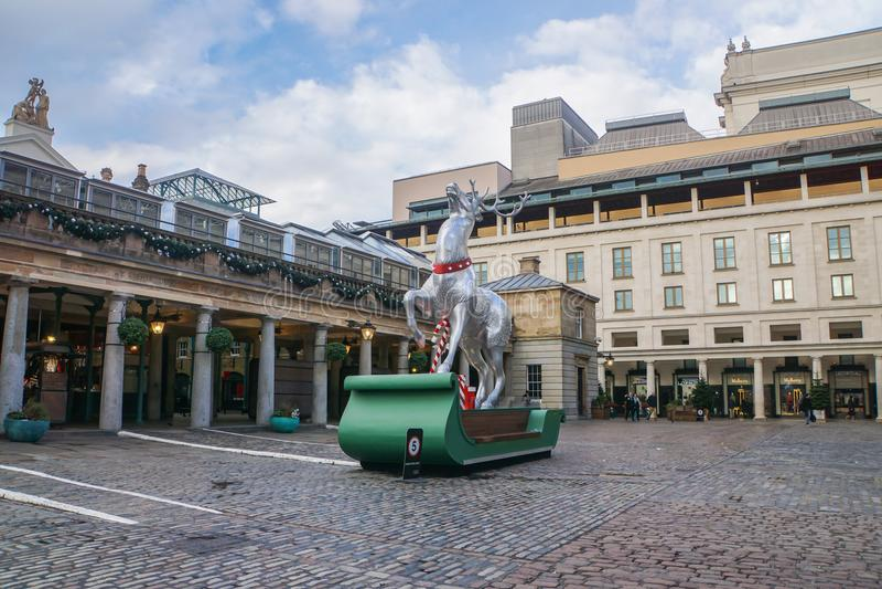 Estatua del trineo del reno delante del jardín de Covent para el saludo de la Navidad y de la estación en Londres foto de archivo libre de regalías