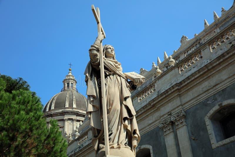 Estatua delante de la iglesia de Badia di Sant 'Agata en Catania Italia imagen de archivo libre de regalías