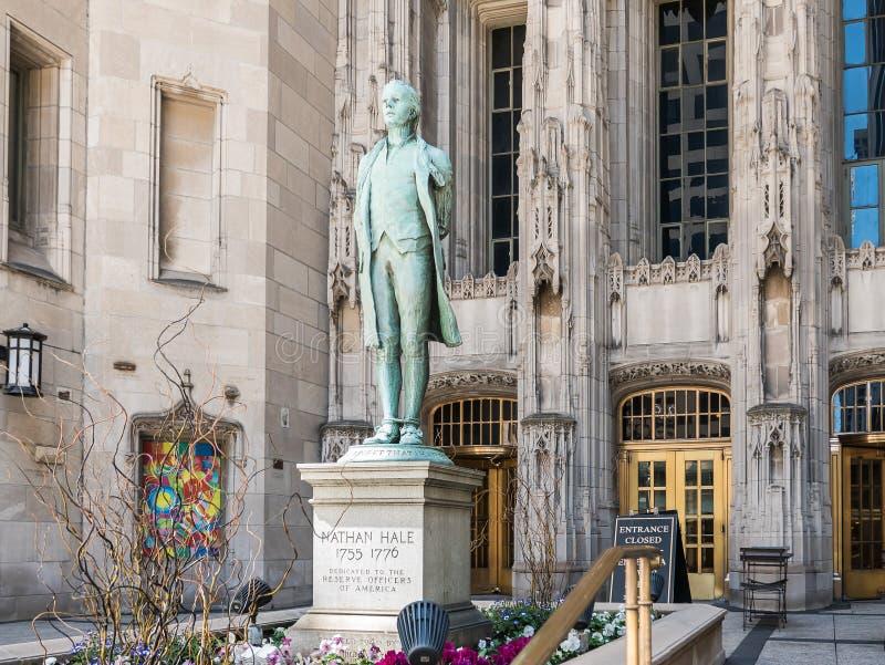 Estatua delante del edificio de la tribuna, Chicago, IL de Nathan Hale imagenes de archivo