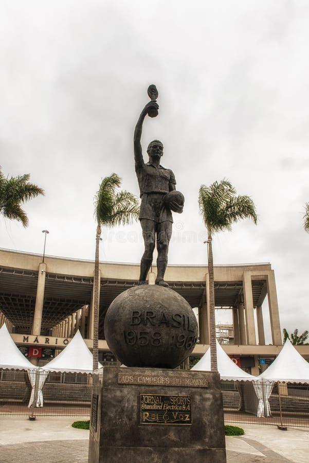 Estatua delante del estadio de Maracana, fotos de archivo