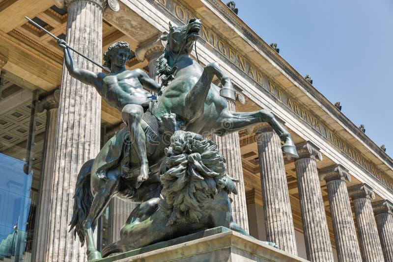 Estatua delante del museo de Altes en Berlín, Alemania imagen de archivo