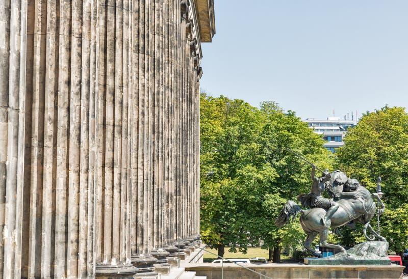 Estatua delante del museo de Altes en Berlín, Alemania fotos de archivo
