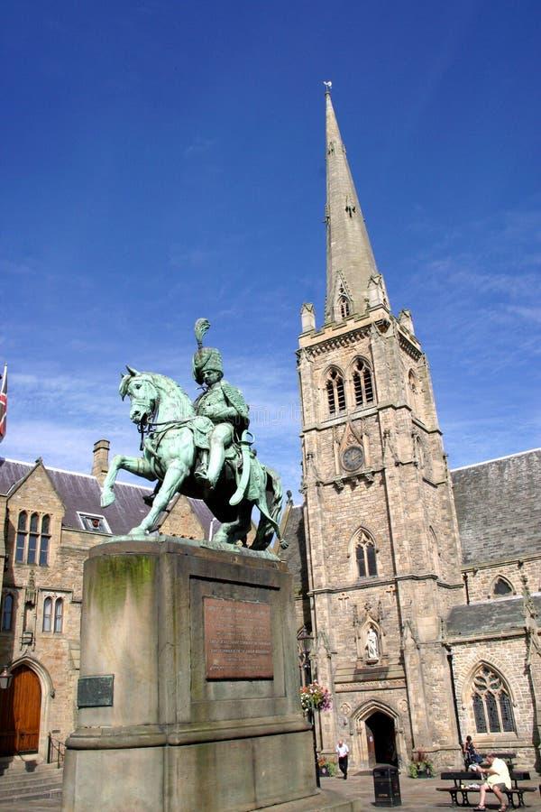 Estatua e iglesia, Durham (Inglaterra) imágenes de archivo libres de regalías