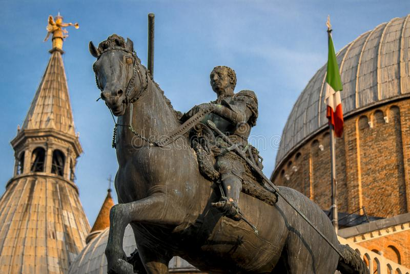 Estatua ecuestre de Gattamelata de Donatello Basílica de St Anthony de Padua en Padua, Italia imagen de archivo