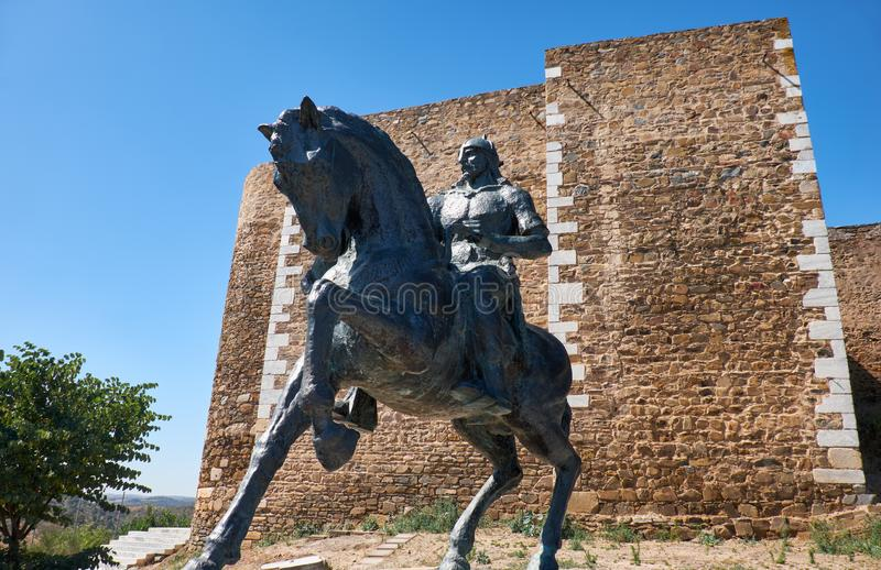 Estatua ecuestre de Ibn Qasi, gobernador del reino del taifa de Mertola portugal fotos de archivo