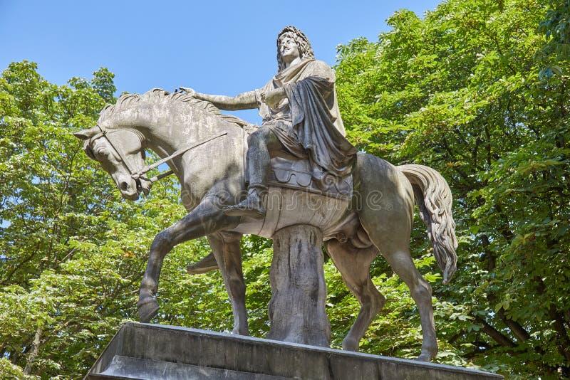 Estatua ecuestre de Louis XIII de Jean-Pierre Cortot 1787-1843 de un día soleado en París, Francia fotos de archivo libres de regalías