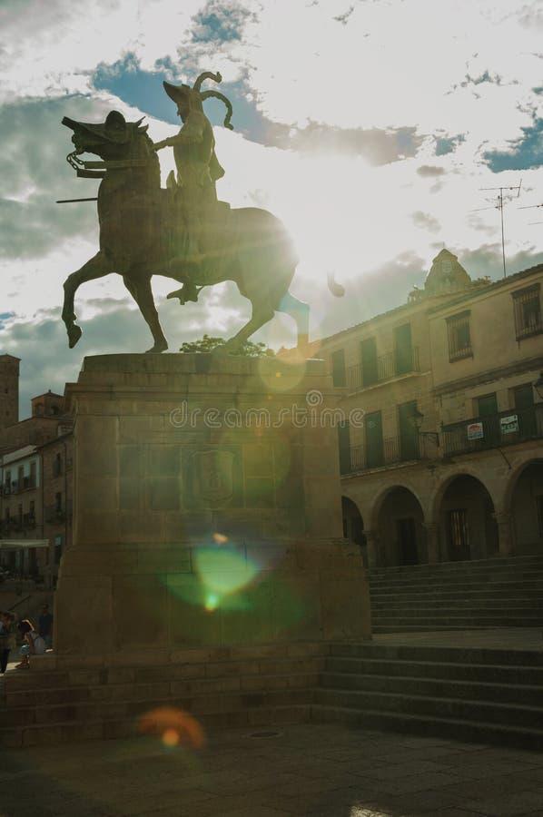 Estatua ecuestre de Pizarro en el alcalde de la plaza de Trujillo foto de archivo libre de regalías