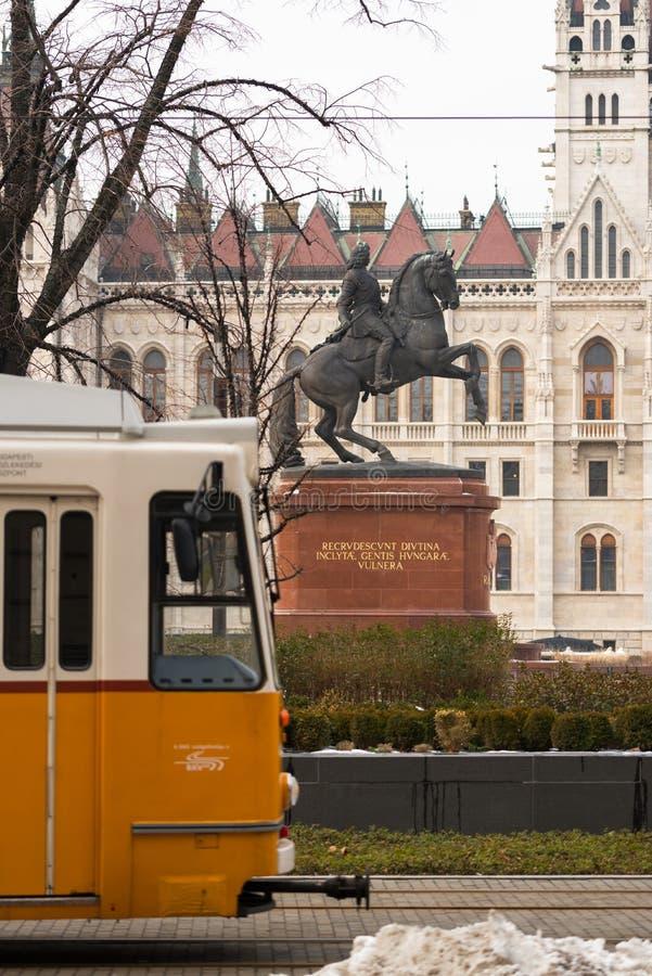 Estatua ecuestre de Rakoczi en Hungría delante del edificio húngaro del parlamento fotos de archivo libres de regalías