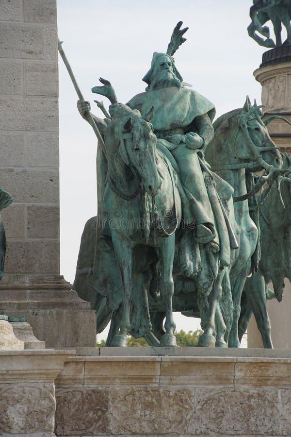 Estatua ecuestre del cacique tribal húngaro fotos de archivo