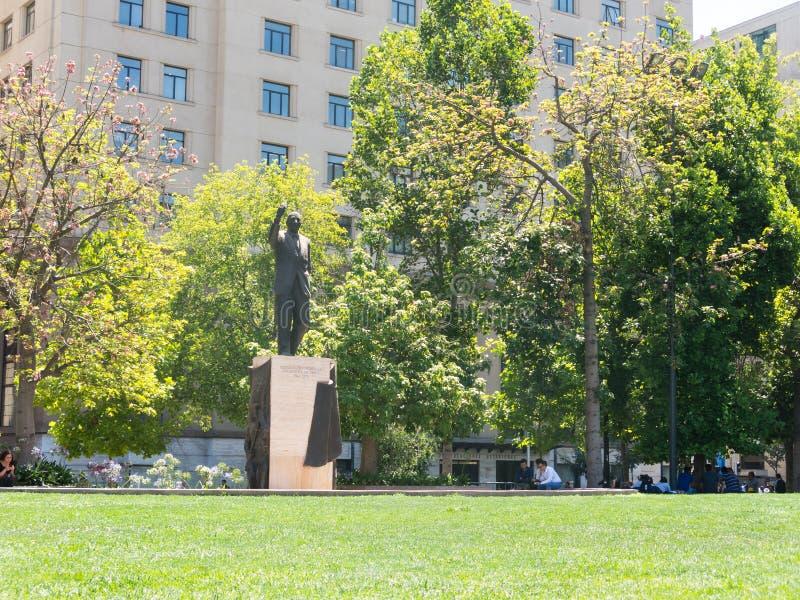 Estatua a Eduardo Frei en Santiago de Chile, delante del lunes imagen de archivo