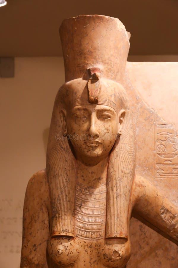 Estatua egipcia antigua de la reina, museo de Luxor en Egipto foto de archivo libre de regalías