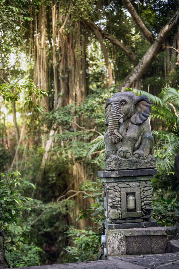 Estatua en el bosque sagrado del mono, Ubud imagenes de archivo