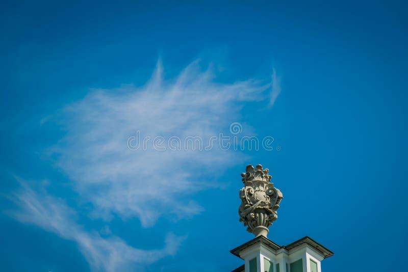 Estatua en el edificio del palacio del invierno la ermita imágenes de archivo libres de regalías