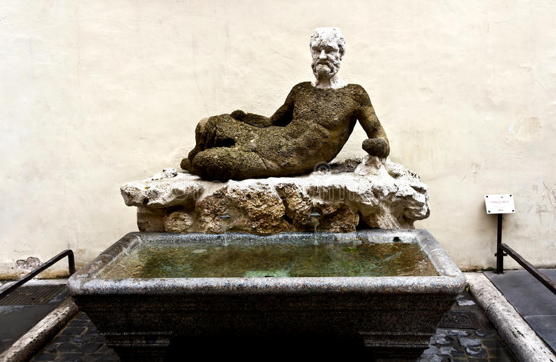 Estatua en el Fontana Babuino en Roma foto de archivo
