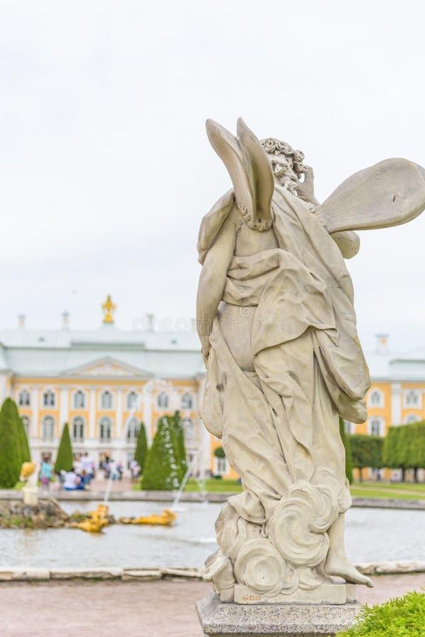 Estatua en el frente del palacio magnífico de Peterhof y la cascada magnífica en St Petersburg, Rusia imágenes de archivo libres de regalías