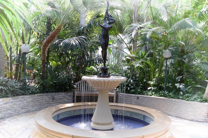 Estatua en el jardín en el parque zoológico y el invernadero de Como foto de archivo
