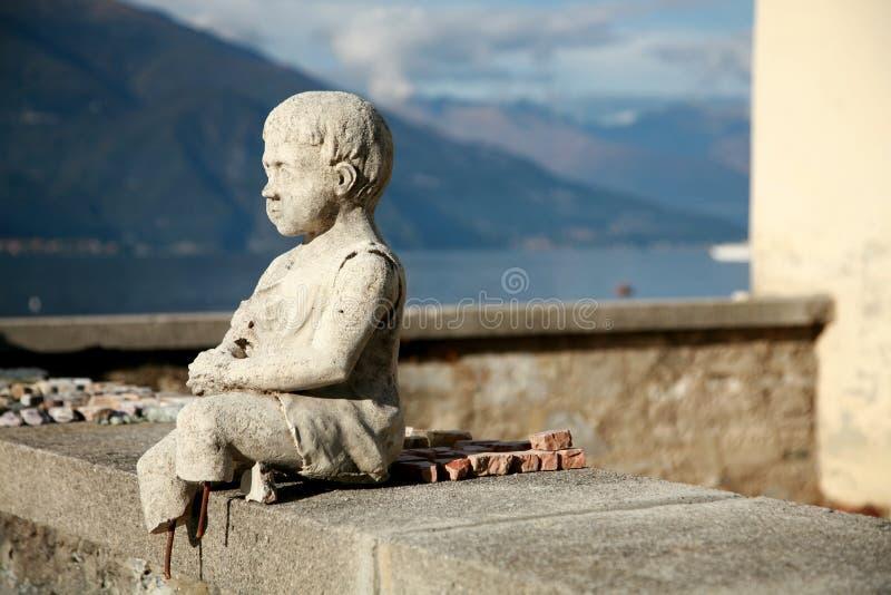Estatua en el lago Como, Italia imagenes de archivo