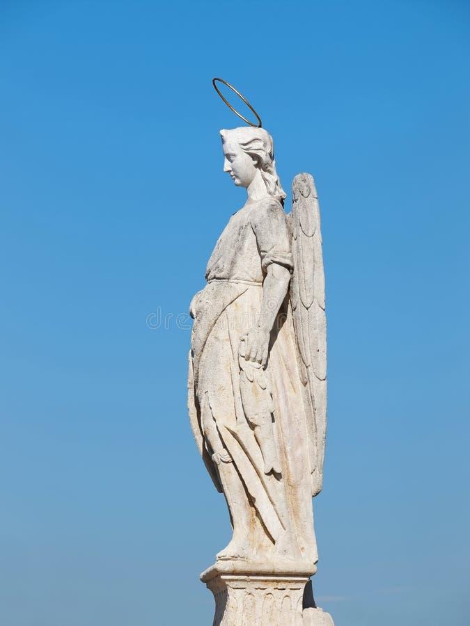 Estatua en el puente romano - Córdoba, Andalucía, España de San Rafael foto de archivo