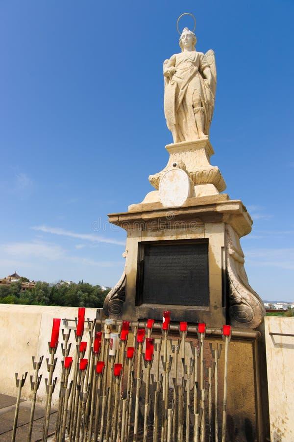 Estatua de Raphael del arcángel en el puente en Córdoba España - foto de archivo