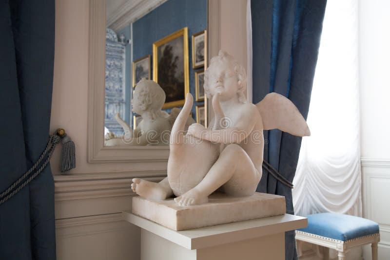 Estatua en el salón italiano o comedor dentro del palacio de Rundale, Letonia fotos de archivo libres de regalías