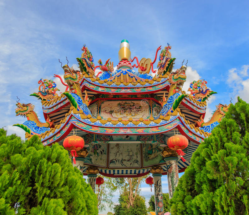 Estatua en el tejado de la capilla, estatua de Dargon del dragón en el tejado del templo de China como arte asiático fotografía de archivo