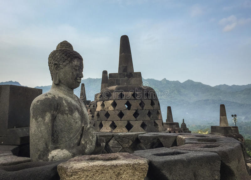 Estatua en el templo de Borobudur, Indonesia de Buda fotos de archivo
