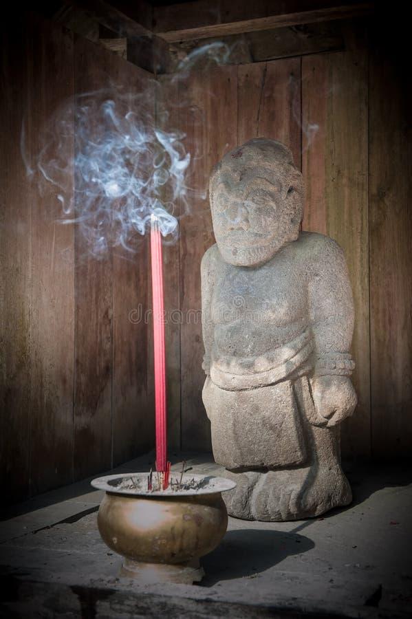 Estatua en el templo de Cetho, Java, Indonesia fotografía de archivo