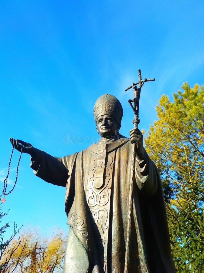 Estatua en honor del papa Juan Pablo II, Kamenets-Podolsky, Ucrania del santo imagen de archivo