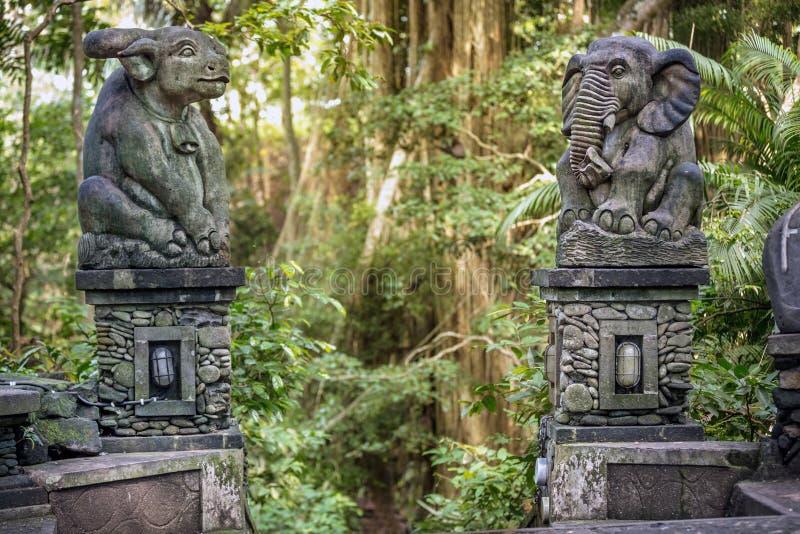 Estatua en la entrada al bosque sagrado de monos foto de archivo libre de regalías