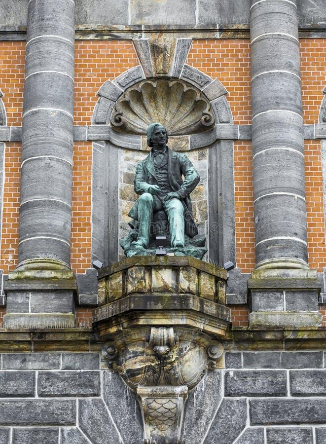Estatua en la fachada del museo del oeste de Noruega foto de archivo