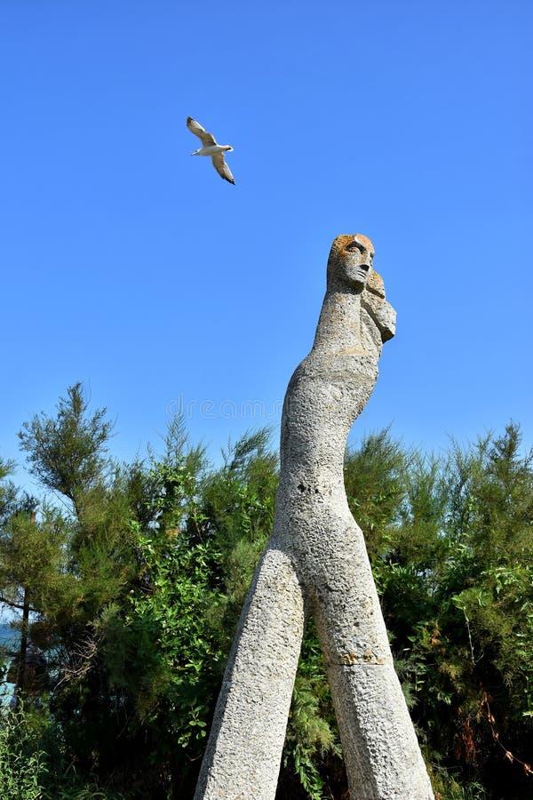Estatua en la playa de Costinesti fotografía de archivo