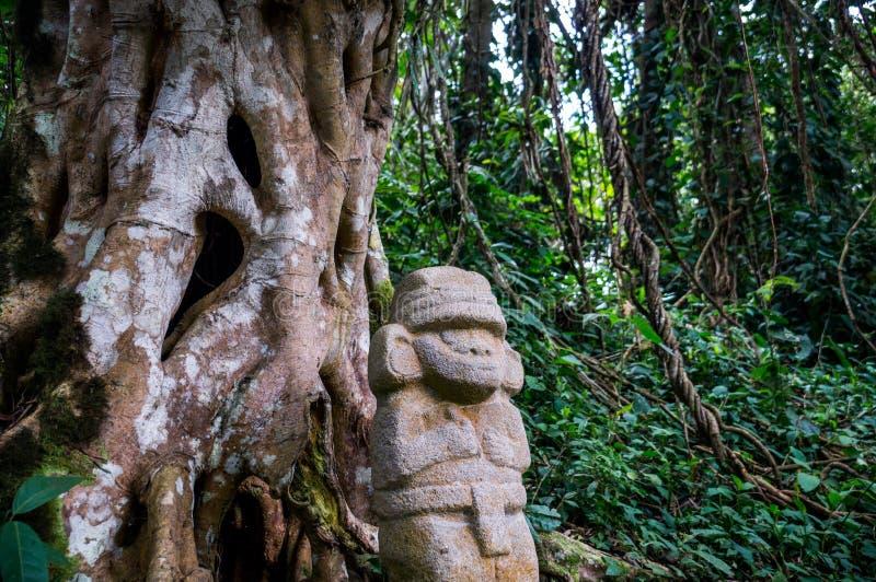 Estatua en la selva tropical en San Agustin imagenes de archivo
