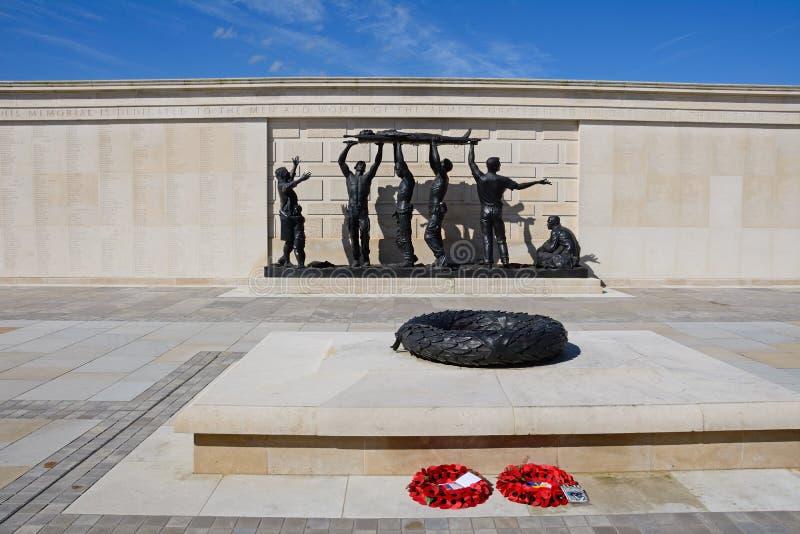 Estatua en las fuerzas armadas de arma conmemorativas en el Arboreturm conmemorativo nacional, Alrewas imagenes de archivo