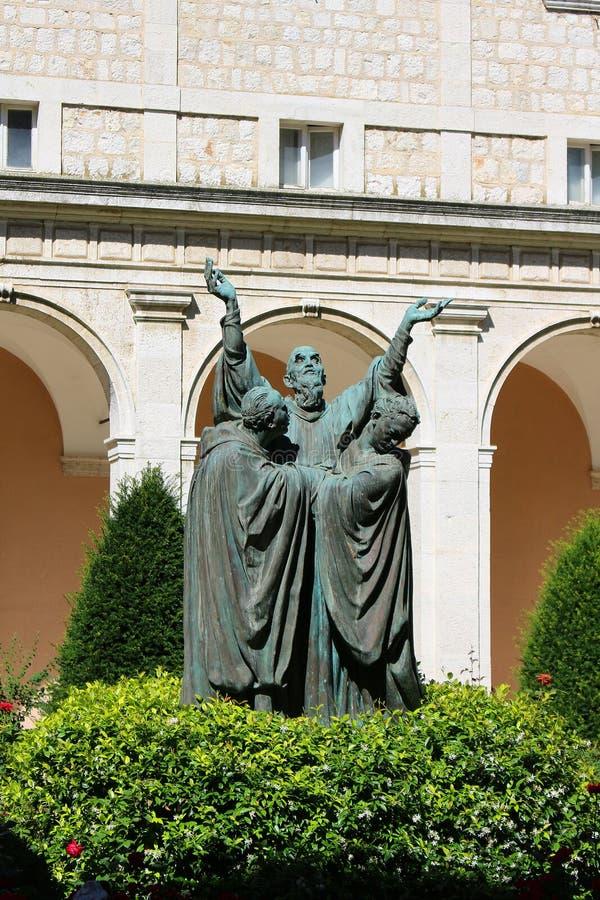 Estatua en monasterio foto de archivo libre de regalías