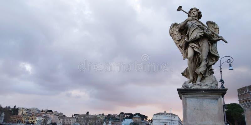 Estatua en puente cerca de Castel Santangelo, Roma, Italia imagen de archivo libre de regalías