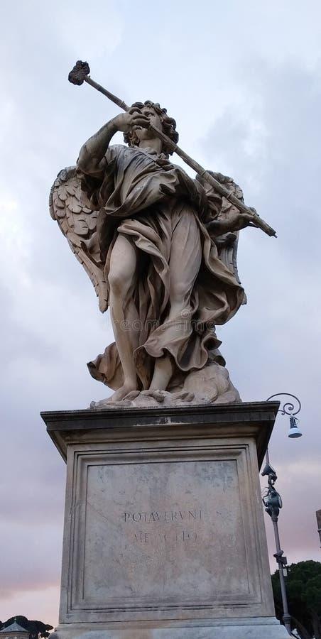 Estatua en puente cerca de Castel Santangelo, Roma, Italia foto de archivo libre de regalías