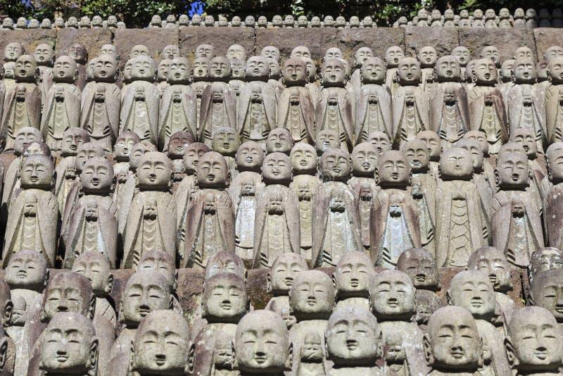 Estatua en templo japonés en kamakura Japón imagenes de archivo