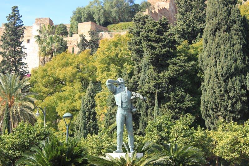 Estatua en un parque público debajo del fuerte Gibralfaro en Málaga foto de archivo