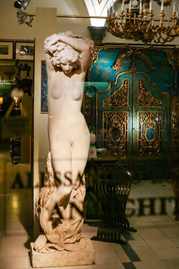 Estatua en ventana de una tienda antigua en Florencia fotos de archivo