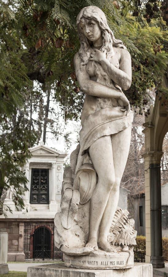 Estatua femenina, cementerio general de Santiago Cementerio General de Santiago, Chile imagen de archivo libre de regalías