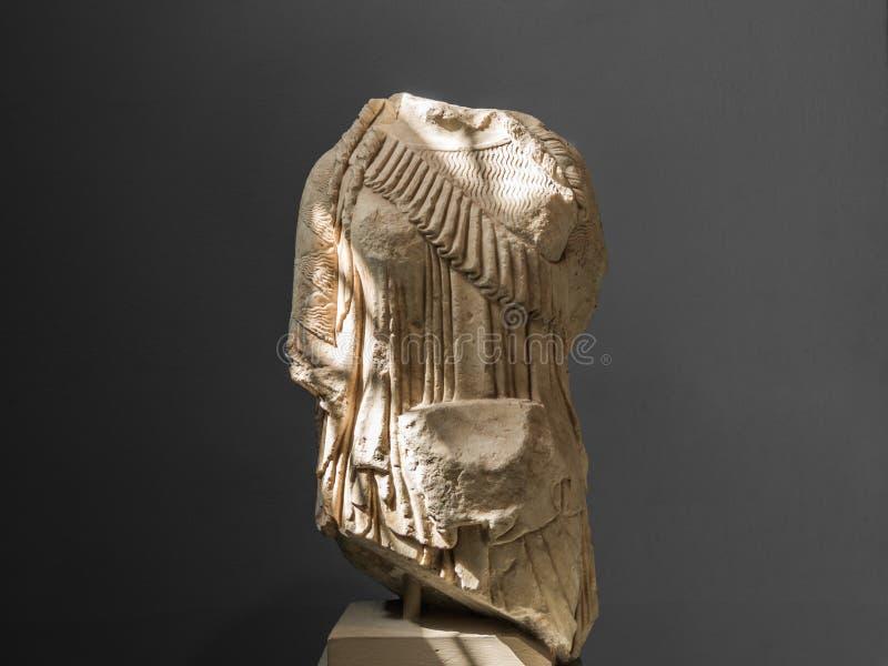 Estatua femenina del griego clásico contra en fondo gris fotos de archivo