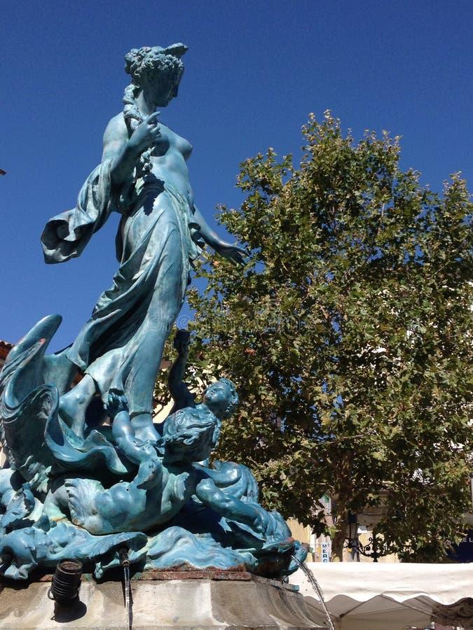 Estatua francesa azul de la fuente en Limoux fotografía de archivo