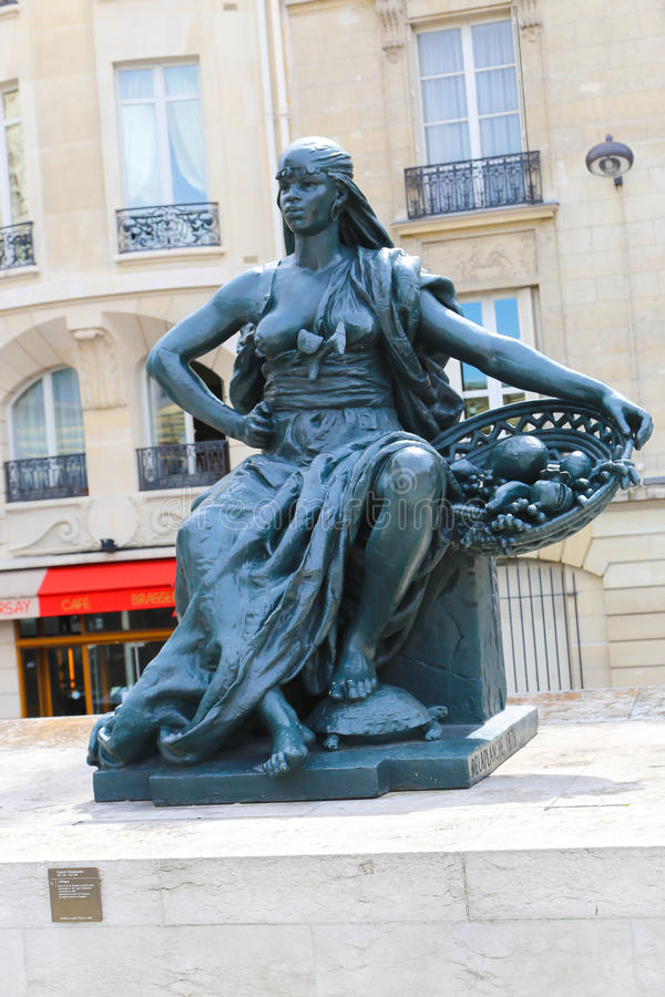 Estatua fuera del museo D'Orsay en París foto de archivo