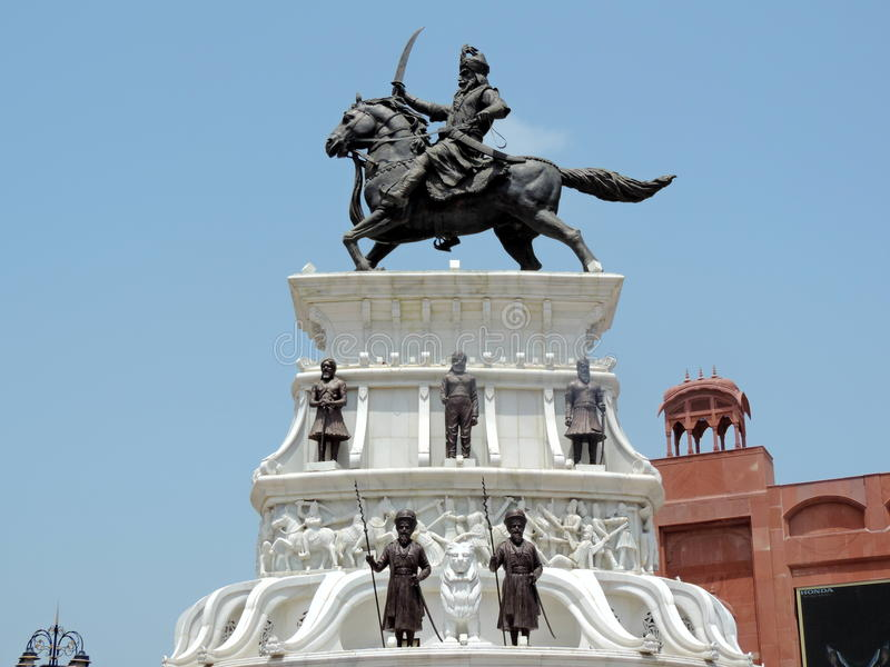 Estatua fuera del templo de oro, Amritsar, la India imagenes de archivo