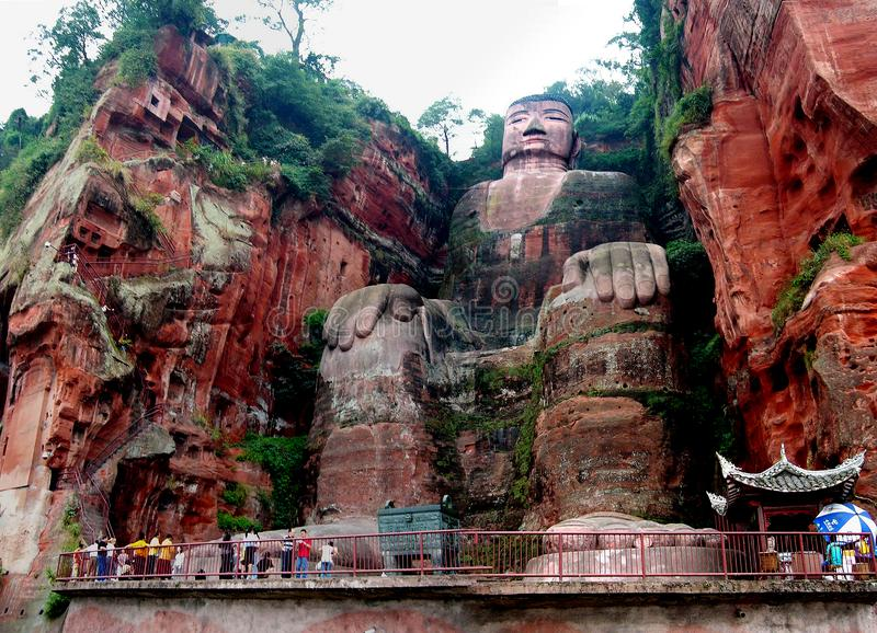 Estatua gigante de Buda cerca de la ciudad de Leshan en la provincia de Sichuan en China imágenes de archivo libres de regalías