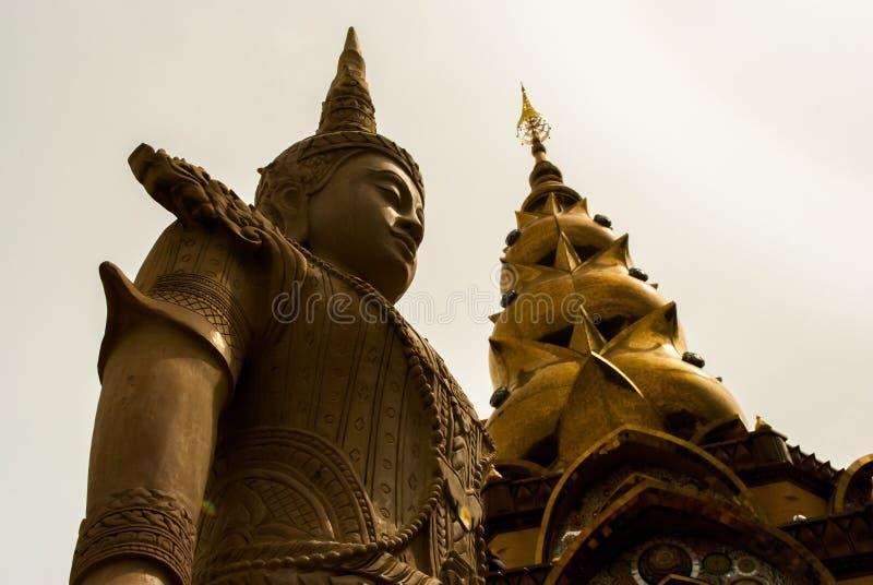 Estatua gigante delante de la pagoda fotografía de archivo libre de regalías