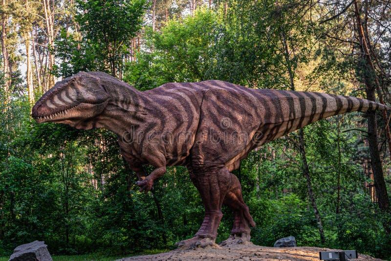 Estatua gigante en el bosque del dinoparque Belgorod Depredador toothy carnívoro fotografía de archivo libre de regalías